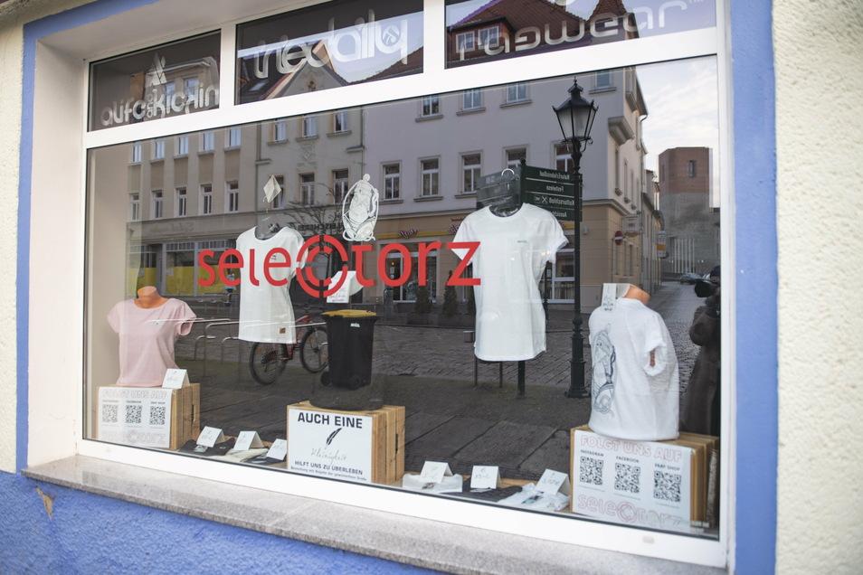 """Im Großenhainer Kultladen """"Selectorz"""" kann jetzt gewissermaßen im Schaufenster eingekauft werden. Wem etwas gefällt, der darf sich bei Inhaber Jan Dingfelder melden. Eine Idee für alle?"""