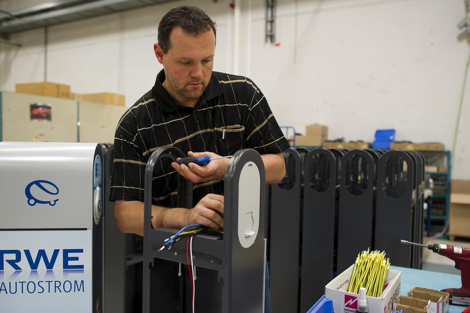 Seit vielen Jahren schon produziert Photon Stromladesäulen für Elektrofahrzeuge. Das Bild stammt aus dem Jahr 2011. Die Nachfrage allerdings ist stark schwankend. Auch deshalb hat Geschäftsführer Michael Brandhorst den Betrieb breiter aufgestellt - zum Beispiel als Zulieferer der Autoindustrie.