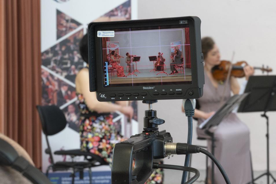 So sieht der Kameramann von Riesa-TV die Aufzeichnung des Kammerkonzerts der Elbland Philharmonie. Hinten rechts Violonistin Zofia Konieczna.