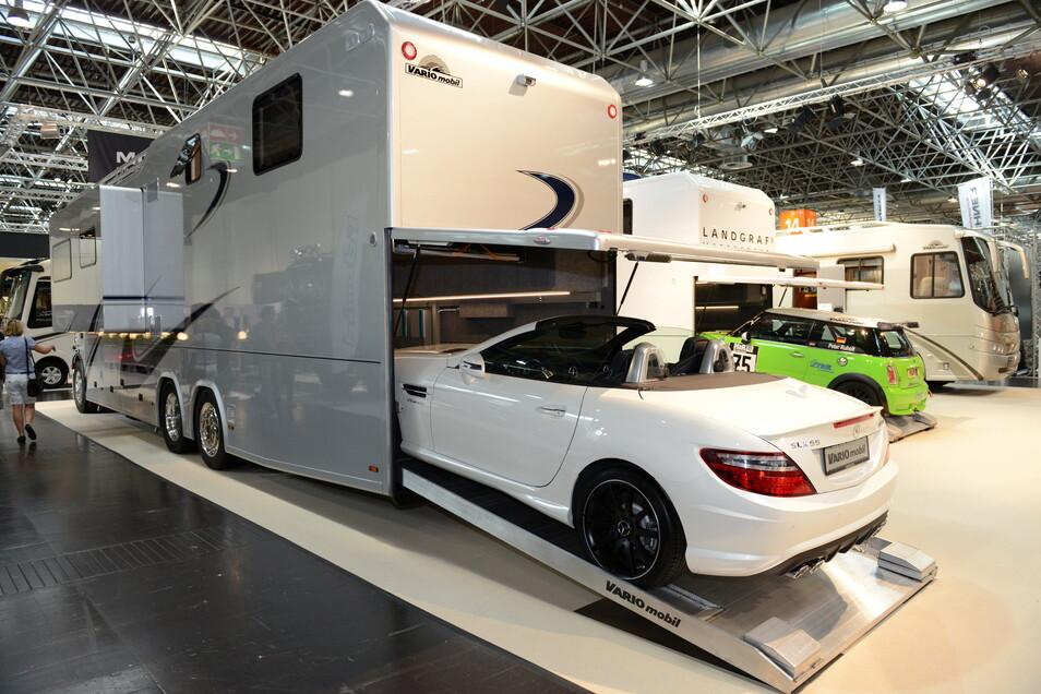 Einige der luxuriösen Liner haben im Heck eine eigene Garage, wo die Edelcamper sogar ihren eigenen Sportflitzer mitnehmen können.