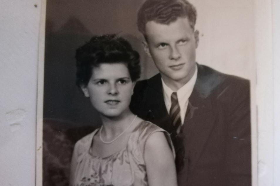 Das Hochzeitsfoto von Hannelore und Heinz Weyrauch. Den Stoff für das Kleid kaufte Hannelore Weyrauch in Westberlin, damals stand die Mauer noch nicht. Eine Schneiderin nähte das Brautkleid.