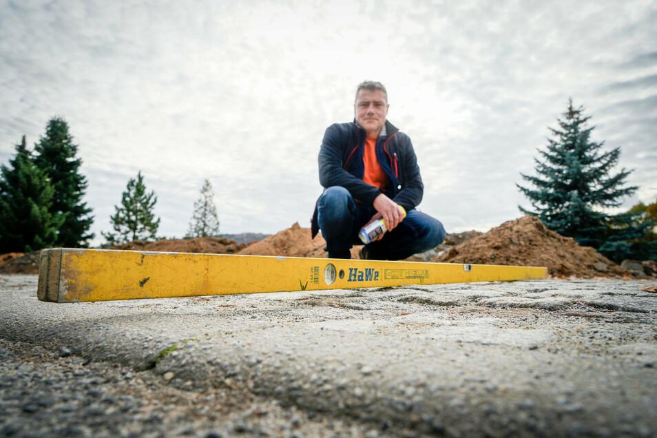 Viel Arbeit für Obergurigs Bauamtsleiter Udo Brosig: Weil es wie etwa in der Bahnhofstraße beim Breitbandausbau zu Baumängeln kam, werden die Straßen und Gehwege uneben.
