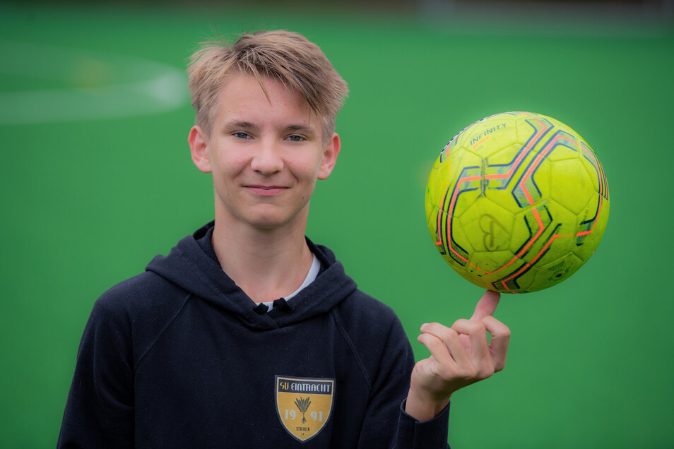Fürs Foto jongliert Louis den Ball auf dem Daumen, sonst kickt er ihn aber lieber mit dem Fuß.