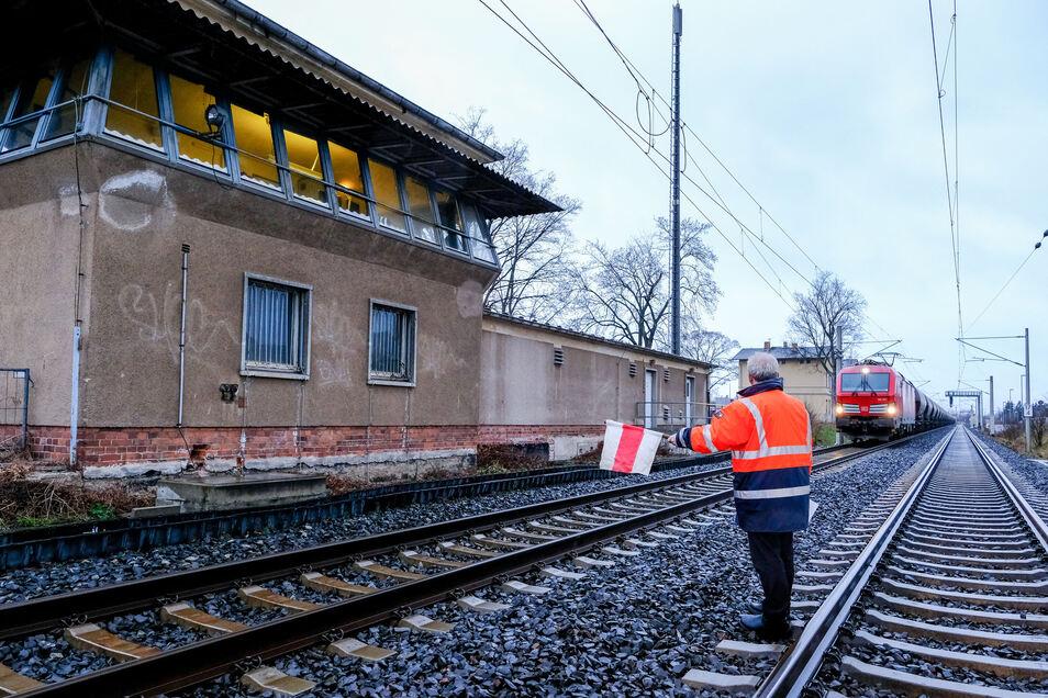 Der Fahrdienstleiter stoppte den letzten Zug, der Richtung Dresden unterwegs war. Was aus dem Stellwerksgebäude wird, steht noch nicht fest.