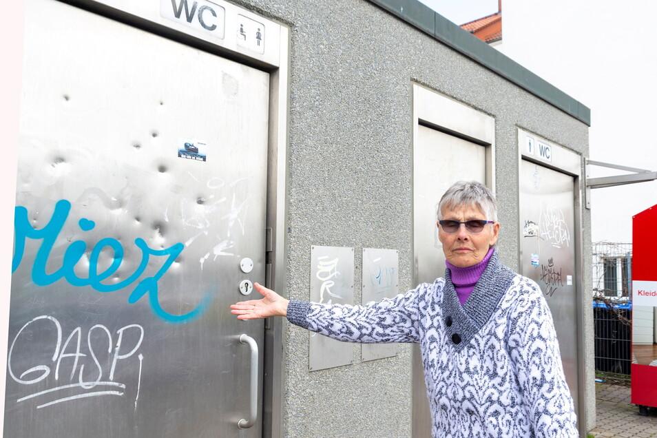 Beschmiert, zerdellt, zugemüllt: Nicht nur Anwohnerin Rosmarie Wiedemann beklagt den Zustand der Toilette An der Gasanstalt.