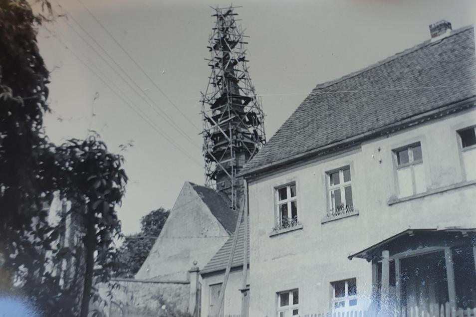Der Jauernicker Kirchturm vermutlich bei seiner letzten Sanierung in den 1960er-Jahren.