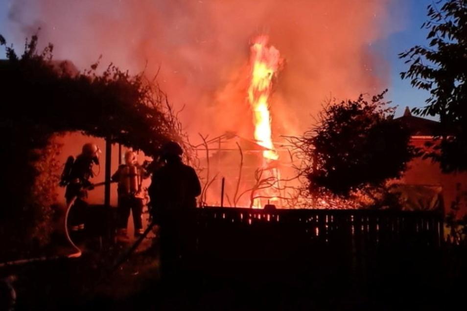 Die Flammen schlagen hoch in der Kleingartensparte Am Reiter.