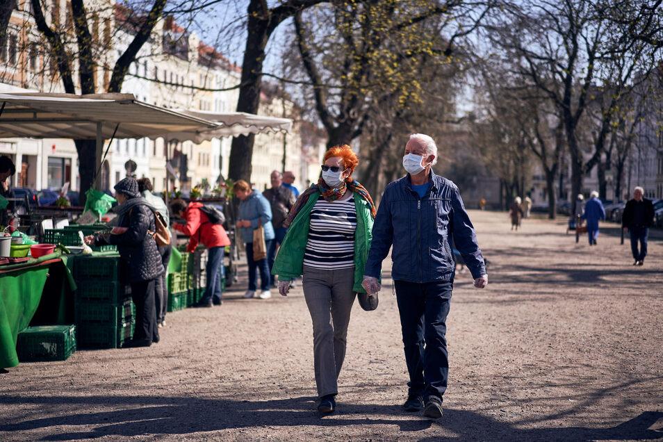 Viele Besucher des Görlitzer Marktes achten selbst auf Infektionsschutz.