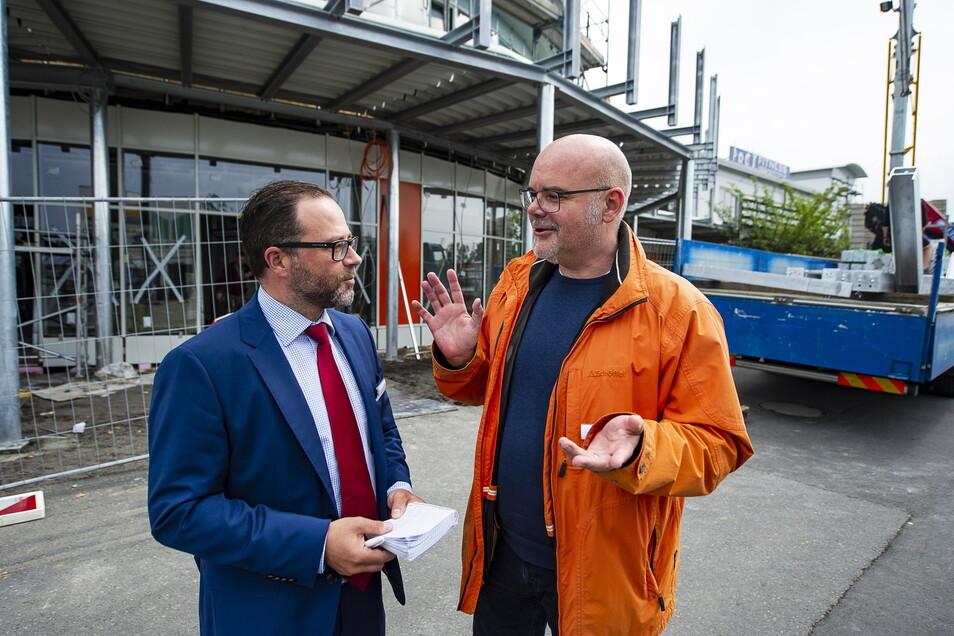 Christian Albrecht (l.) hier 2018 während der Umbauarbeiten am Neißepark in Görlitz: Er spricht gerade mit dem CEV-Leiter für Vermietung, Zimo Koch.