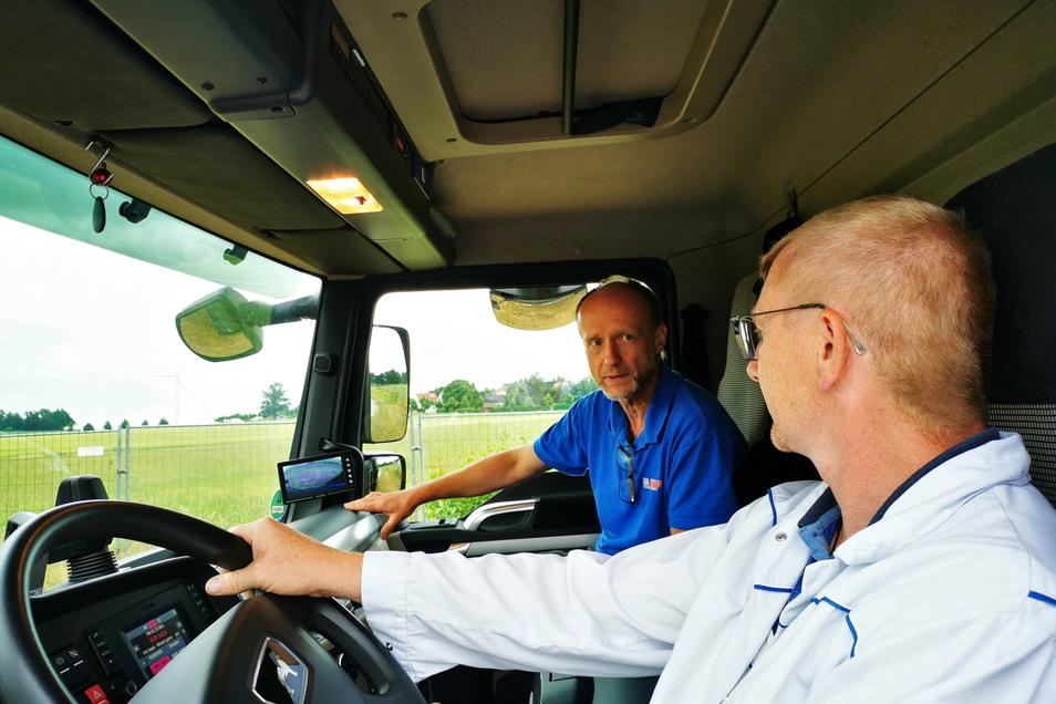 Ralf Volkmer, Betriebsleiter Bosch Car Service Help in Dresden, zeigt Korch-Mitarbeiter Daniel Thomschke die Funktionen des Abbiegeassistenten.