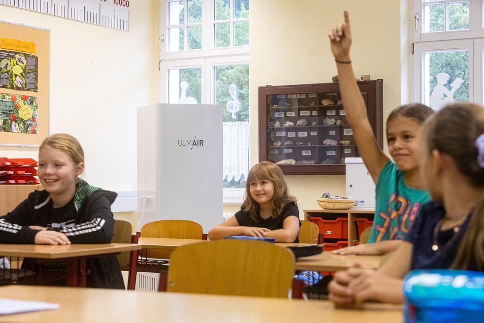 Steht in der Ecke und sogt für saubere Luft: ein mobiler Luftreiniger in der Erich-Wustmann-Grundschule in Bad Schandau.