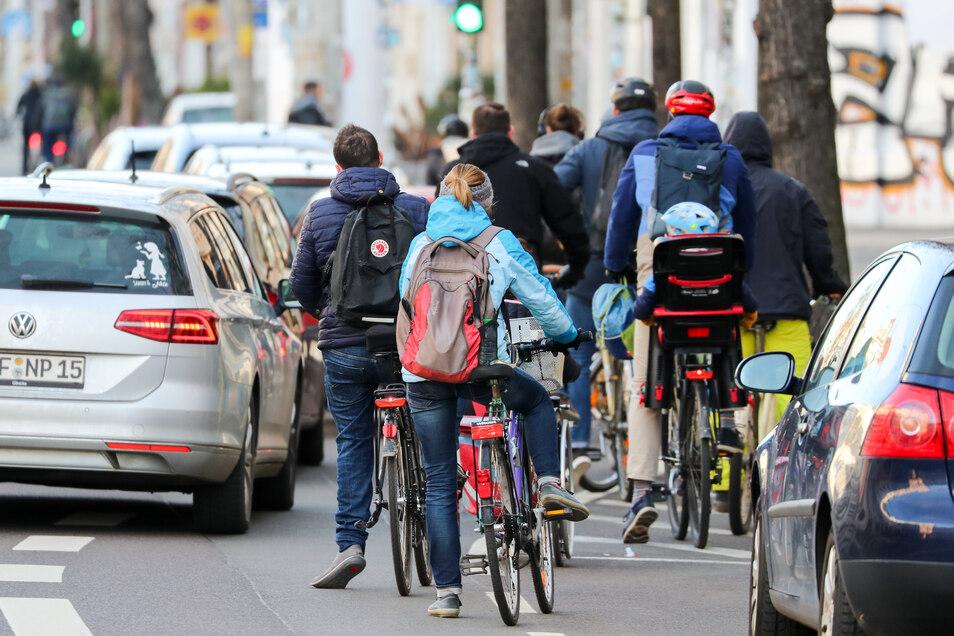 Zahlreiche Radfahrer stauen sich an einer Ampel in Leipzig.