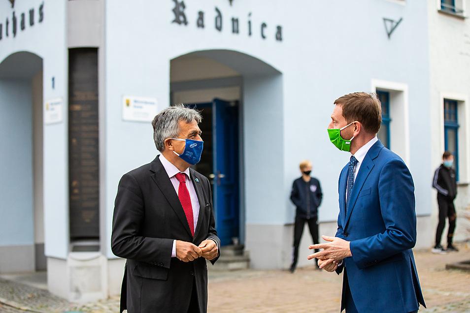 Bautzens Landrat Michael Harig und Sachsens Ministerpräsident Michael Kretschmer zu Besuch in Wittichenau.