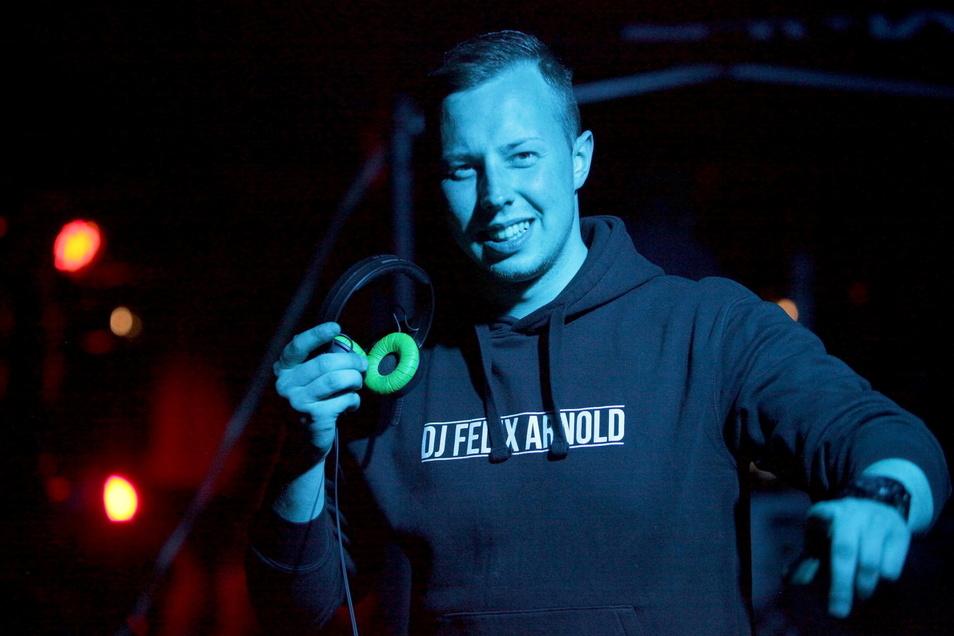 DJ Felix Arnold aus Pirna lässt die Party in Dittersbach am Markt steigen.