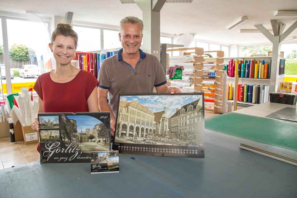 Beatrice Schmolke und Dirk Haufe zeigen die neuen Kalender von 2021, die alte und neue Motive von Görlitz vermischen.