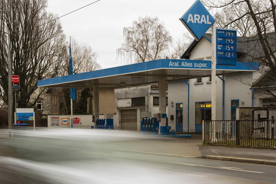 Die Stadt möchte das Tankstellen-Grundstück an der Meißner Straße kaufen. Hier soll mal der Neubau des Karl-May-Museums stehen.