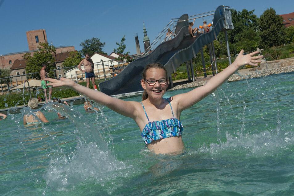 Johanna mittendrin im sonnigen Sommer-Bade-Spaß: Im Großenhainer Naturerlebnisbad herrschte am Freitag Wohlfühlatmosphäre bei kuschligen 36 Grad.