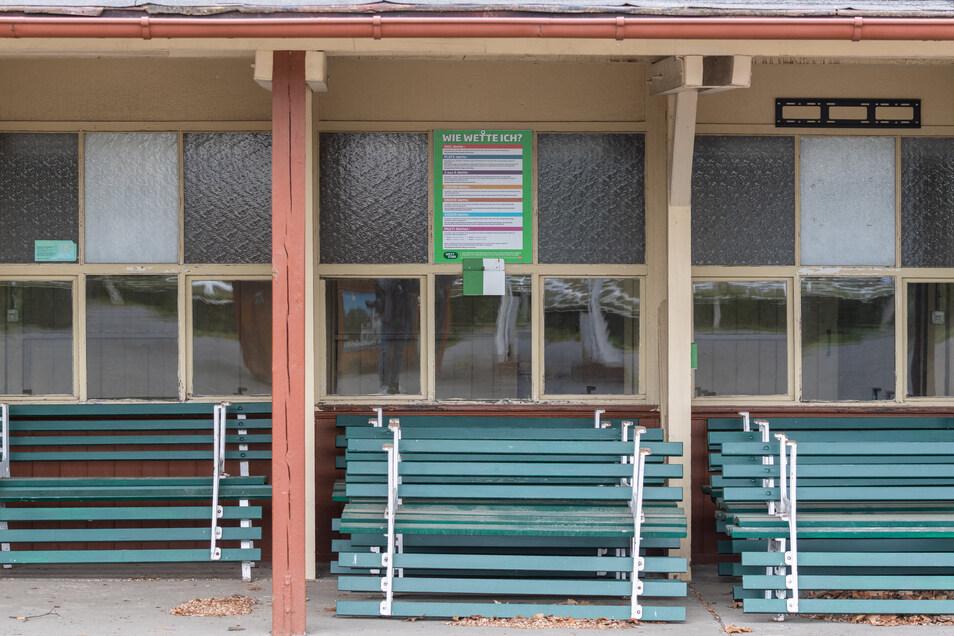 Die Totoschalter bleiben dicht und die Bänke unbenutzt an diesem Sonder-Renntag, mit dem Dresden für Halle an der Saale einspringt. Sachsen-Anhalt verbietet Sportveranstaltungen bis zum 27. Mai.
