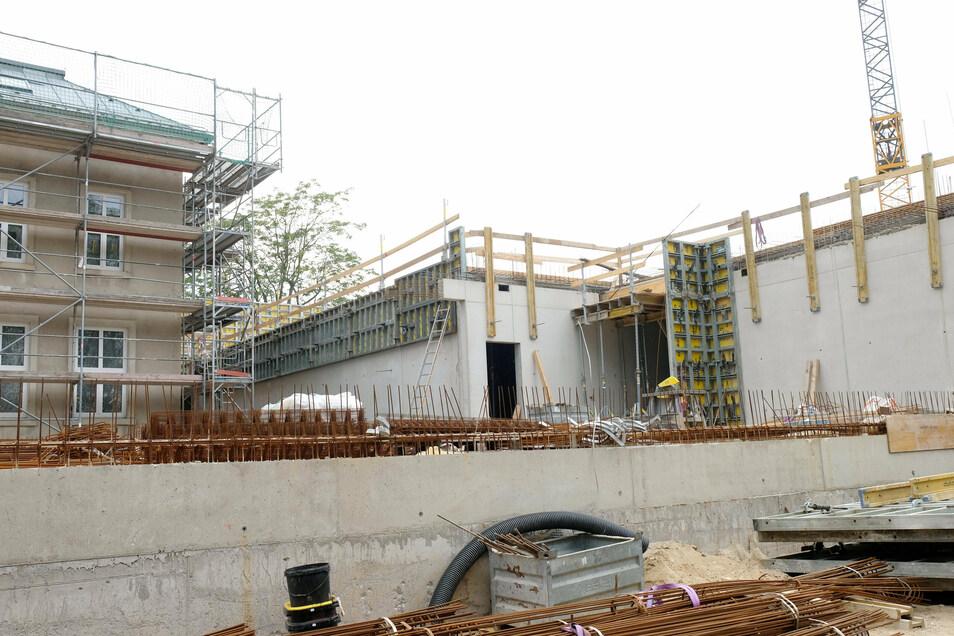 Schwierige Baustelle: Um die Grundschule auf dem Questenberg erweitern zu können, wird parallel zur Sanierung des bestehenden Schulhauses ein weiteres Schulgebäude neu gebaut. Dabei ist es zu erheblichen Verzögerungen gekommen.