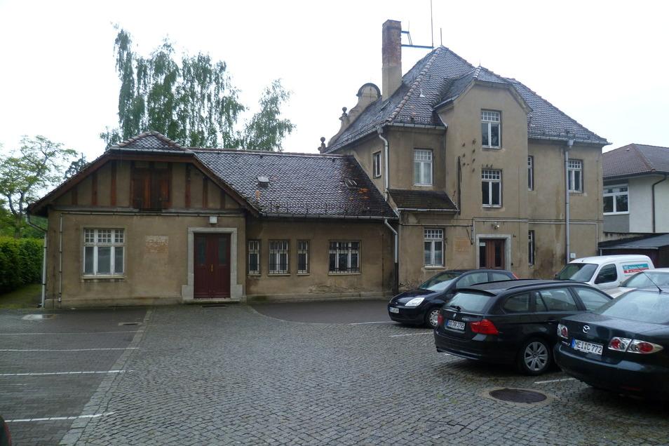 Mausgrau war auch das Hinterhaus, die ehemalige Polizeiwache, auf dem Rathausareal.