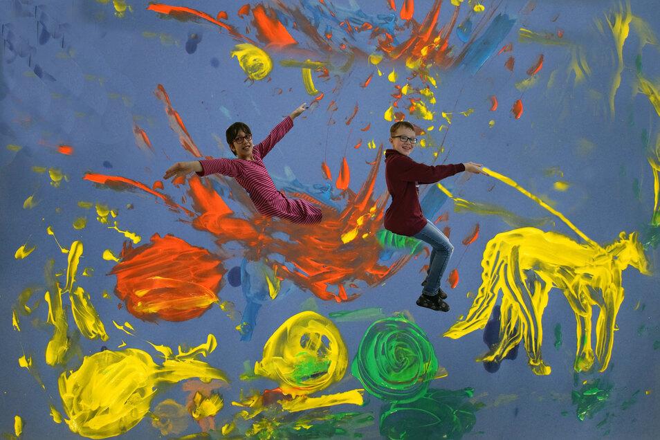 """Lena-Marie Senger und Kevin Hirsch haben Malerei und inszenierte Fotografie verbunden. Während des Kreativkurses entstand in Gemeinschaftsarbeit """"Die Feuerkutsche"""" mit Fingermalfarben und die Idee der fotografischen Belebung der Kutsche mit der eigenen Pe"""