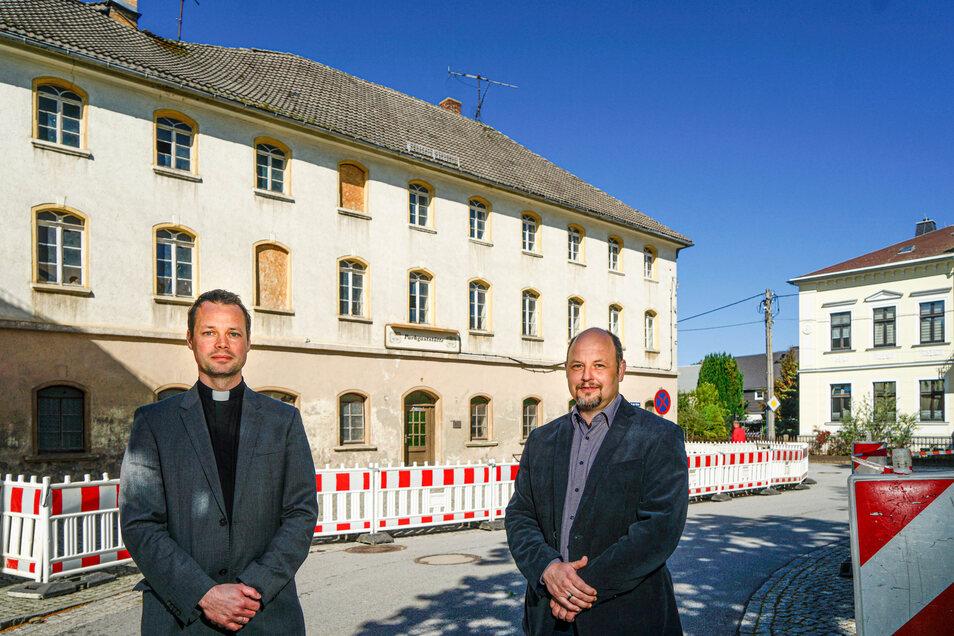 Pfarrer Thomas Schädlich (l.) und der Bürgermeister von Doberschau-Gaußig, Alexander Fischer, stehen vor der ehemaligen Parkgaststätte in Gaußig. Sie sind froh, dass der Einsturz des Daches - abgesehen von Schäden an einem parkenden Auto - keine weiteren