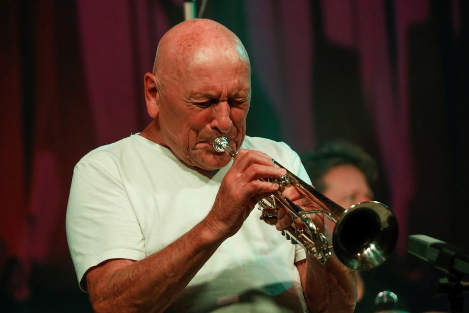 Laco Deci und Celula New York traten am Sonnabend beim Mandaujazz im Kronenkino auf. Die Jazz-Legende Laco Deczi erhielt einst von der Witwe Louis Armstrongs dessen begehrtes Trompetenmundstück.