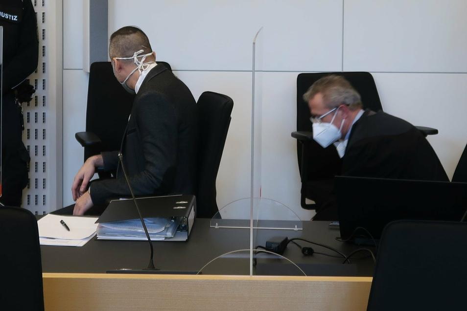 Alexander B., hier mit seinem Verteidiger Carl-Christian Roß (r.) hat am Dienstag einen Großteil der Missbrauchsvorwürfe gestanden.