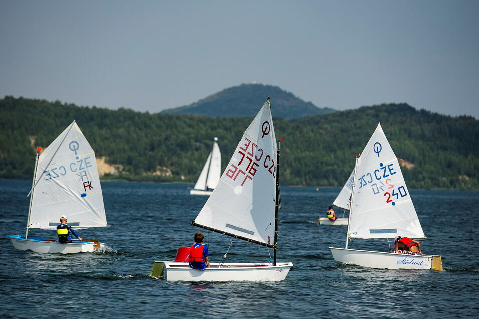 Regelmäßig üben auch Kinder auf dem Berzdorfer See das Segeln. Vor allem sie sind auf die Hilfsmotoren angewiesen, um es allein wieder ans Ufer zu schaffen.