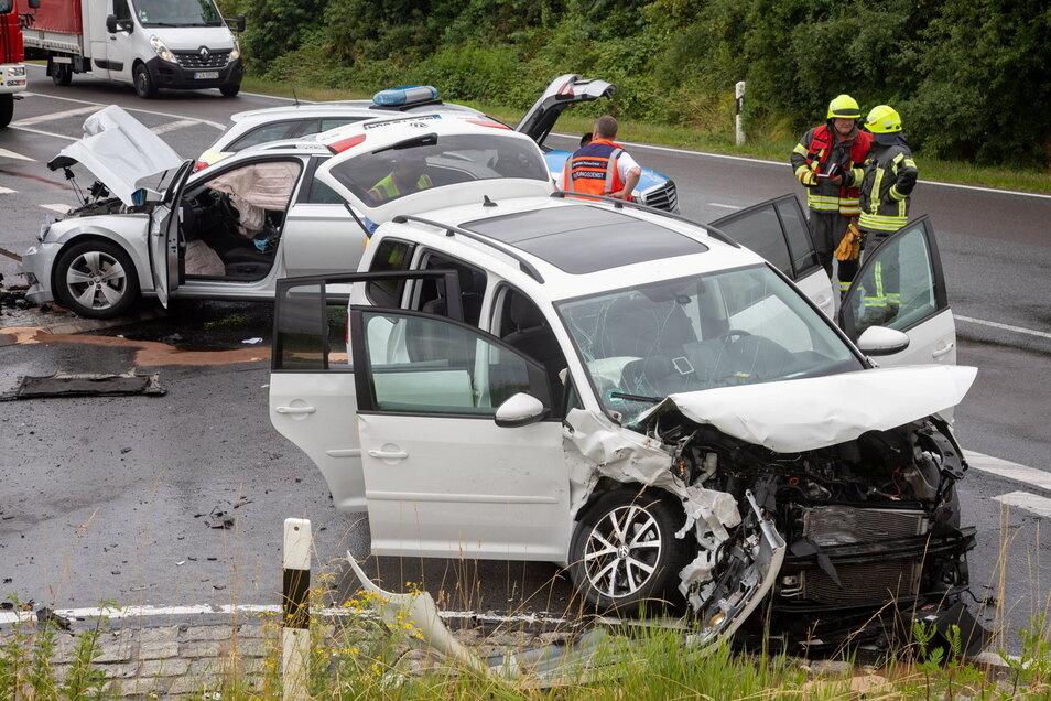 An der Autobahnanschlussstelle Uhyst sind am Montagmittag zwei Autos kollidiert. Mehrere Menschen wurden verletzt.