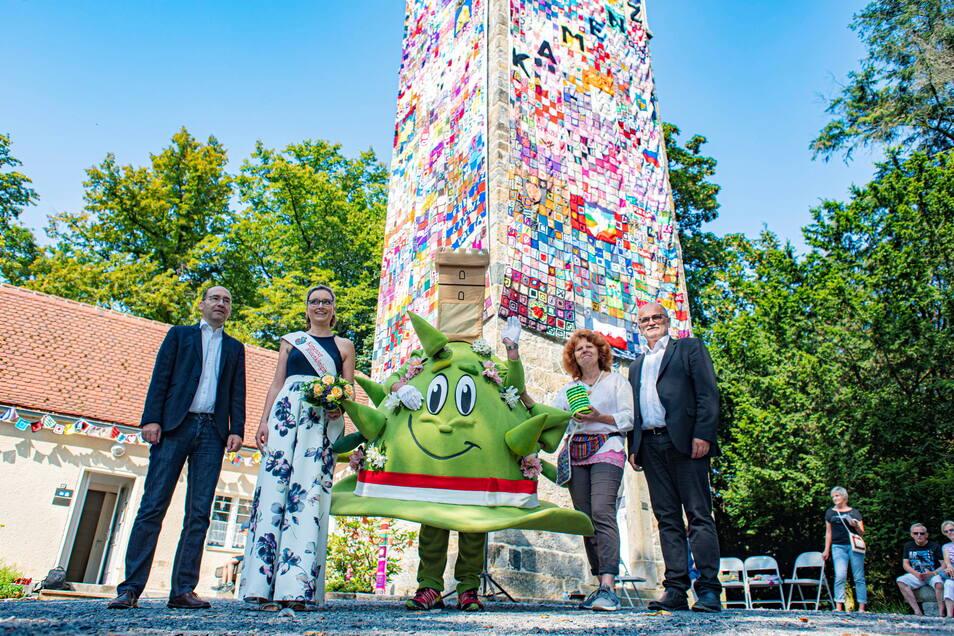 Pilgerin Kerstin Boden (2.v.r.) hatte die besondere Spendenaktion für die marode Pilgerherberge am Turm initiiert. Auch Oberbürgermeister Roland Dantz (r.) und Blütenkönigin Julia Petzold sowie Pfarrer Michael Gärtner waren am 21. August zur Verhüllung an