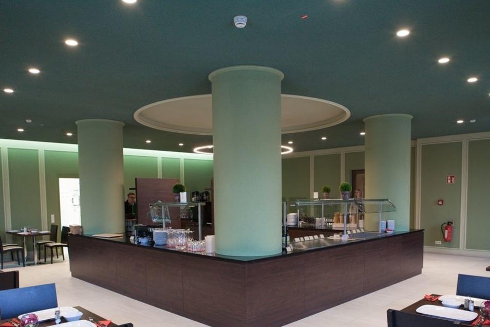 Aus der Tanzbar wurde der Frühstücksraum. Die Architekten wählten dafür Farben wie zur Entstehungszeit des Hauses in den 1950er-Jahren.