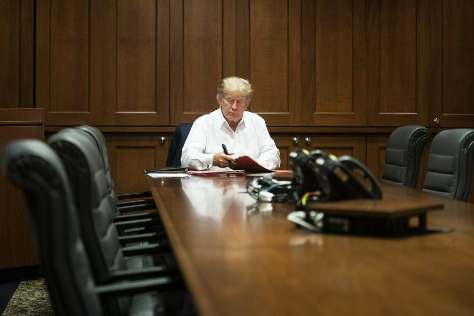 US-Präsident Donald Trump arbeitet in einem Konferenzraum des Militärkrankenhauses Walter Reed in Bethesda.