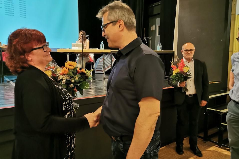 Linken-Stadträtin Marion Junge schied nach 30 Jahren aus dem Kamenzer Stadtrat aus. Alle Fraktionen bedankten sich für die Zusammenarbeit - hier Maik Weise (CDU).