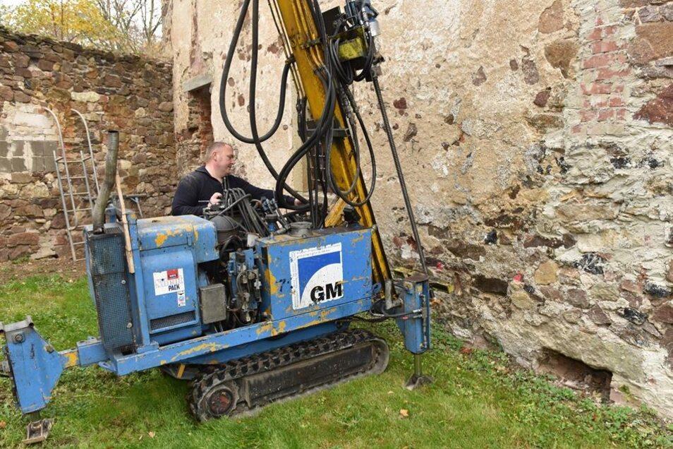 Robert Schau von der Firma Brücken- und Spezialbau Meißner wird in den nächsten Tagen mit diesem Bohrgerät Bohrpfähle in das Erdreich treiben.