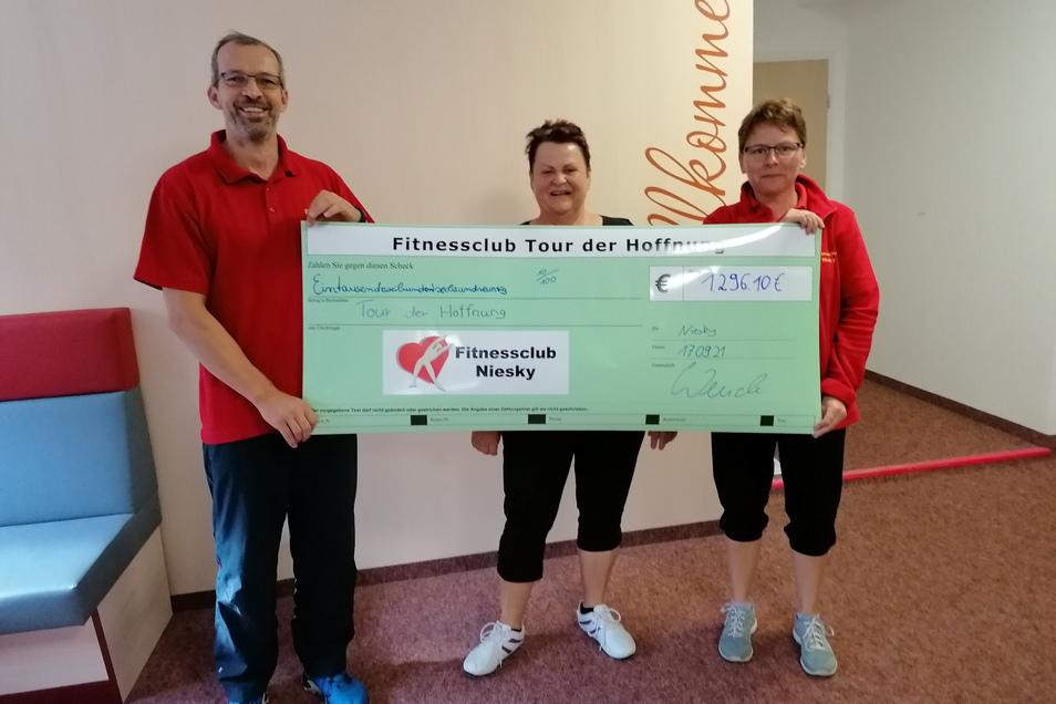 Andreas Wende und Ina Schwertner vom Fitnessclub Niesky mit Mitglied Sieglinde Jurke (Mitte) zeigen den Scheck von fast 1.300 Euro, dessen Betrag an die Tour der Hoffnung als Spende geht.