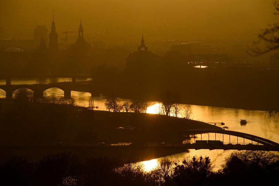 Blick während des Sonnenuntergangs auf die Dresdner Innenstadt