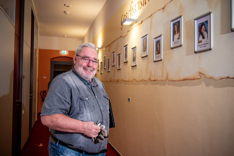 Thomas Winter, Direktor der Geschwister-Scholl-Oberschule Roßwein, steht vor der Bildergalerie im Flur des Schulhauses. An der hängen Fotos der Schüler, die seit 2001 die 10. Klasse mit einem Durchschnitt von 1,5 und besser abgeschlossen und die Geschw
