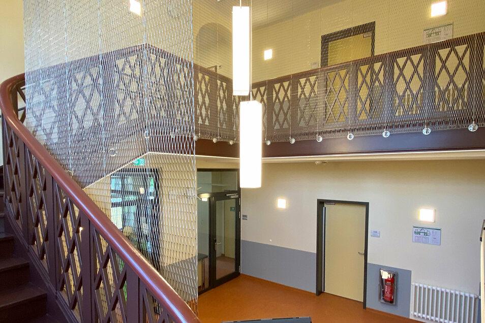Die prunkvolle historische Treppe durfte bleiben und erhielt zur Sicherheit ein stabiles Stahlnetz.