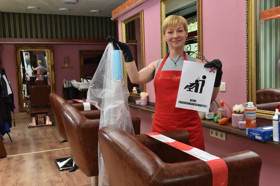 Die Freitalerin Claudia Mihály-Anastasio bereitet ihren Salon für die Wiedereröffnung vor und muss dabei auf zahlreiche Anordnungen achten.