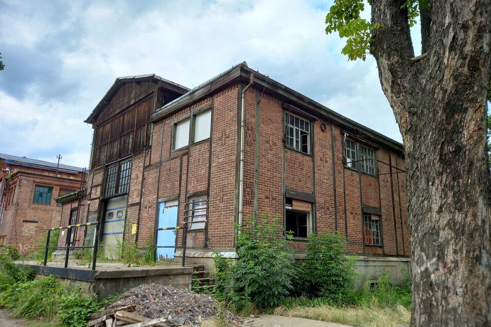 """Die """"Totenhalle"""" von außen: Im Obergeschoss des rechten Teils wurde auch Sport getrieben."""