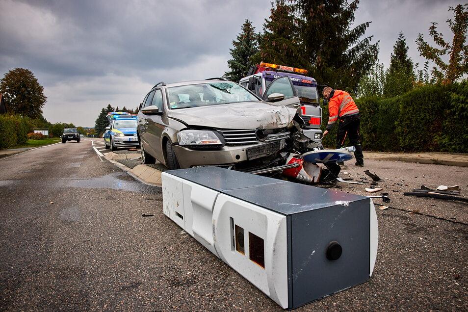 Vorläufiges Blitzer-Ende in Struppen: Ein VW rammte am 19. Oktober 2020 das Messgerät.