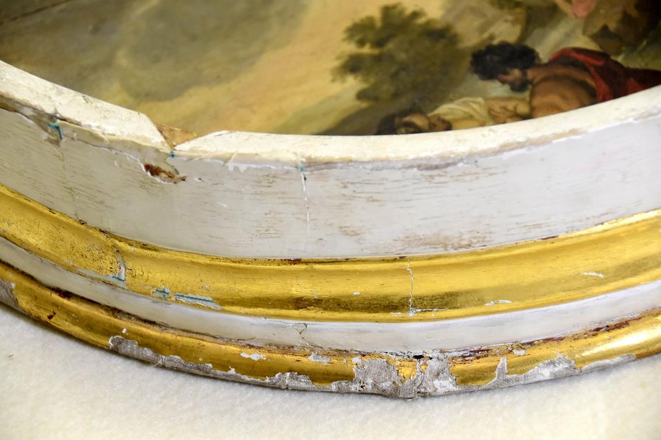 Am Possendorfer Taufstein-Gemälde und dem Holzrahmen mit Goldrand sind viele Schäden zu beheben.