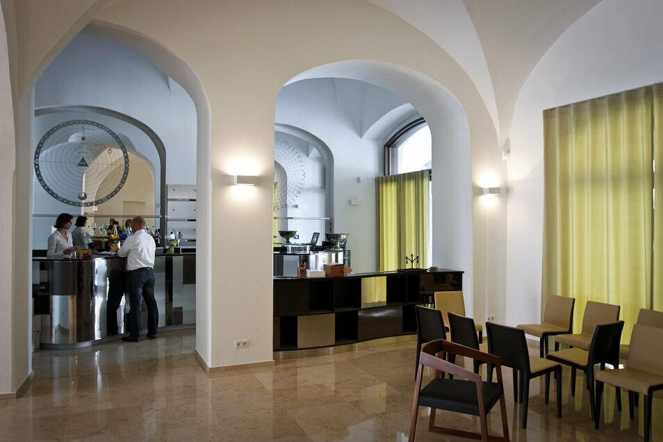 """Das """"Vino e cultura"""" mit hohen, weißen Räumen, als das Haus Untermarkt 2 noch Wolfgang Göhde gehörte."""
