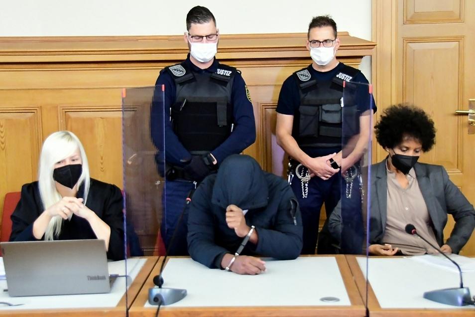 Der angeklagte Mann aus Eritrea tat alles zum Auftakt des Gerichtsprozesses, um nicht erkannt zu werden.