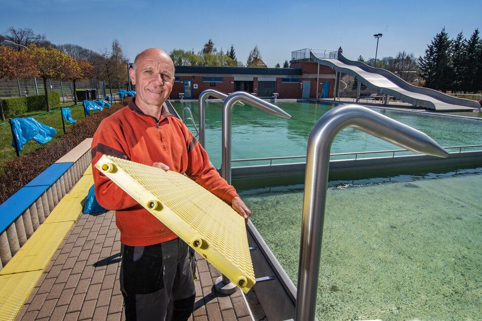 Trotz der Ungewissheit, ob die Freibäder aufgrund der Corona-Pandemie in diesem Jahr überhaupt öffnen dürfen, bereitet Lutz Iwan vom WelWel Sport- und Freizeitzentrum Döbeln die Saison im Gebersbacher Freibad vor.
