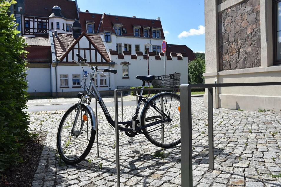 Am Bahnhof Potschappel gibt es sieben in den Boden eingelassene Bügelständer, an denen sich Räder komfortabel anlehnen und anschließen lassen.