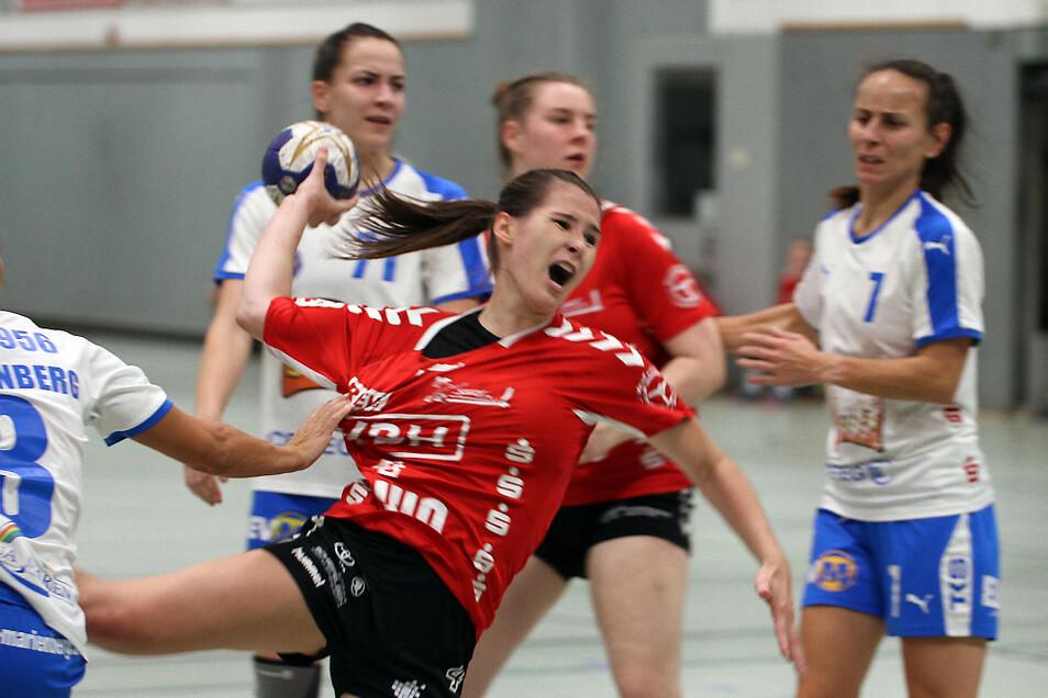 Nadja Irmisch glänzte mit Einzel-Aktionen; hinten links Marienbergs Leonie Tinney, die den SC mit zehn Treffern fast im Alleingang erlegte.