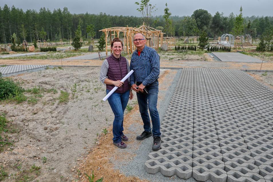 Sie haben den Plan: Katrin Stübner, verantwortlich fürs Kaufmännische des Unternehmens, und Frank Haubner, Geschäftsführer der Campingpark Berzdorfer See GmbH.