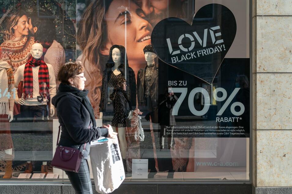 """Nicht nur auf der Prager Straße in Dresden bauen die Läden auf die Liebe der Kunden zum """"Black Friday""""."""